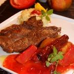 Порционная свиная шея с яблочно-сливовым соусом