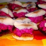 Канапе со свекольным салатом и сельдью