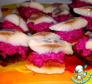 Рецепт Канапе со свекольным салатом и сельдью