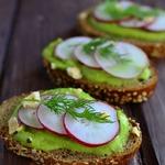 Бутерброды с кремом авокадо и редисом