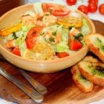 Салат с креветками-гриль и кростини