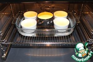Устанавливаем порционные формочки на противень, раскладываем горячий пудинг, заливаем в противень воду примерно до уровня середины формочек и устанавливаем в духовку, нагретую до 180 град. Сверху прикрываем куском фольги. Запекаем 20 минут.