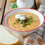 Фасолевый суп-пюре со сметаной и шкварками
