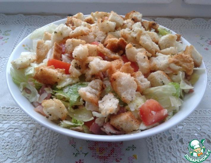 Рецепт: Салат с ароматными сухариками и беконом