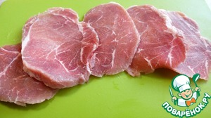 Мясо порезать на тонкие стейки, у меня получилось 5 кусочков.