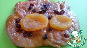 На каждый кусочек мяса положить 2-3 шт. кураги, посыпать сушеным барбарисом.