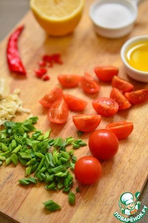 Первым делом советую приготовить сальсу, так как, если вы начнете ее готовить после кесадильи, ваша закуска остынет, сыр застынет и будет не так вкусно.    Сальса круда делается из крупно нарезанных свежих томатов, похожа на салат.    Черри разрезать на половинки или четвертинки, зеленый лук и перчик измельчить. Чеснок очистить и порубить. Заправить всё оливковым маслом, лимонным соком и морской солью.