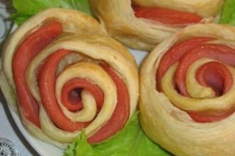 Рецепт: Розочки слоеные с колбасой