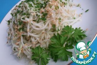 Рецепт: Салат из кольраби с кунжутом и имбирём