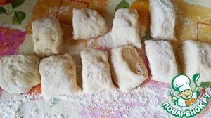 Выложить тесто на стол, посыпанный мукой, разделить на 10 частей.