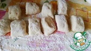 Подогедшее тесто выложить на стол, посыпанный мукой и делим на 10 частей.