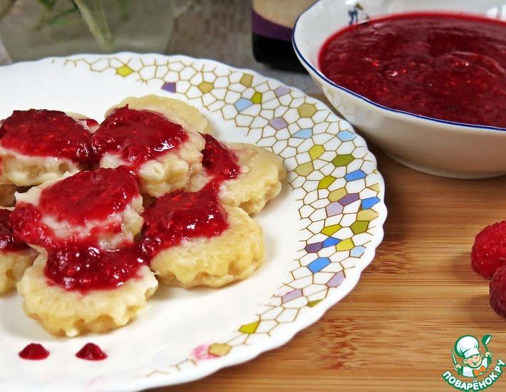 Рецепт: Сырные клецки с малиновым соусом