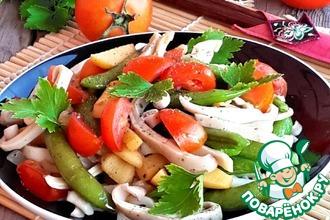 Рецепт: Горячий салат из кальмаров с овощами