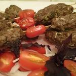 Люля-кебаб на шпажках с помидорами