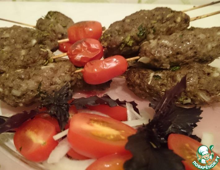Рецепт: Люля-кебаб на шпажках с помидорами