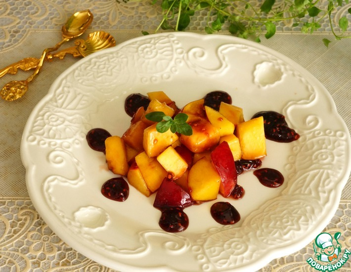 Рецепт: Тартар из нектарина с ягодно-бальзамической карамелью