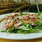 Салат с копченой курицей и грушей фламбе
