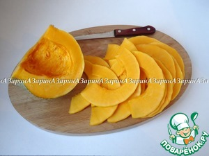 Now for the caramelized pumpkin. Pumpkin peel and cut into slices 4 mm thick.
