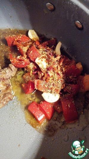Добавьте к мясу нарезанные средним кубиком помидор, перец, лук и чеснок. Добавить специи. Тушить до мягкости овощей. Около 15 минут