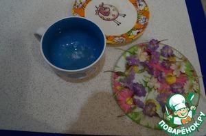Предварительно засахариваем цветы, они должны высохнуть (цветы кисточкой намазываем слегка взбитым белком, а потом обсыпаем сахарной пудрой и оставляем высохнуть). Я использовала цветы примулы или первоцвета.