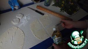 Готовое тесто делим на части и каждый кусочек смазываем маслом