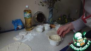 Выкладываем части теста в формы ( я использую чашки, но можно использовать силиконовые формы), так чтобы получилась форма корзинки. Выпекаем до золотистого цвета