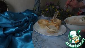 Наполняем корзиночки кремом и украшаем цветами