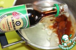 Приготовить маринад. Чеснок порезать лепестками. Смешать лимонный сок, черный свежесмолотый перец, молотую паприку, растительное масло и соевый соус, при желании добавить соль. Перемешать.