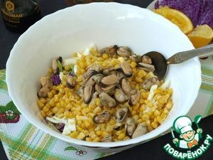 В салат добавить кукурузу из банки и маринованные мидии.