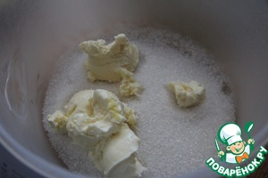 Meanwhile, prepare the filling: beat the butter with 1/4 Cup sugar (half of the required amount) to the lush state.