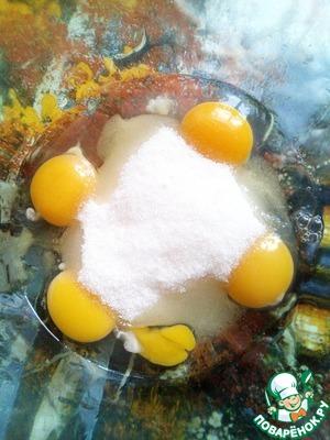 На фото 4 яйца. Просто одно начало немного растекаться...   Итак. Соединим 4 яйца, сахар и ванильный сахар.