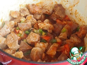Tomatoes, bell pepper, chili and tomato paste; add to the meat, stir and simmer for another 30 minutes.