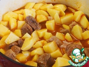 Peeled potatoes cut into rather coarsely, add to meat, mix well. Add water to almost cover the potatoes.   After 10 minutes season with salt to taste, add your favorite spices and simmer until cooked meat and potatoes.