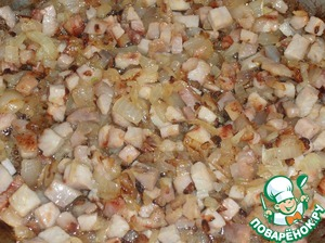 In frying pan, pour vegetable oil. Arrange the onion and smoked meat. Fry for 2-4 minutes. Cool.