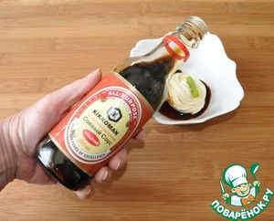 First prepare the salad dressing. Take the mayonnaise, preferably homemade.  Add wasabi and soy sauce. I prefer sweet, in this case from TM Kikkoman.