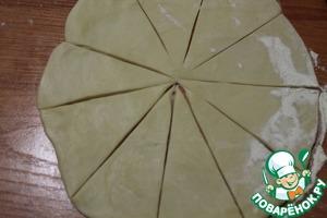 Cut the dough into 8-10 sectors.
