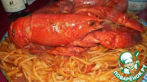 Serve: on a large platter lay out the pasta on top of the lobster, cut it lengthwise in half.