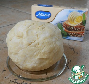 The finished dough roll into a ball, put in a bag (or wrap with foil) and put into the fridge for 30 min.