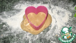 Sprinkle work surface with flour, severing the dough roll the ball, then hand it replusive, but not thin (about 1 cm). Using the form our future cut out cookies.