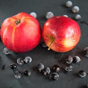Приготовить начинку из яблок и черной смородины.