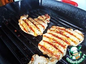 Раскалить сковороду гриль (3 дня как в доме, впервые в эфире!) с маслом и положить 2 ломтика отбитого филе. Жарить несколько минут до характерных полосочек. Перевернуть и обжарить снизу.