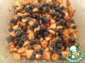 """Яблоки помыть и очистить от кожуры, удалить сердцевину и нарезать кубиками. Черную смородину лучше положить замороженную сверху яблок. Перемешать корицу с сахаром (взять из общего количества сахара). Всыпать сахарно-коричную смесь в яблоки и смородину, перемешать. Выложить смесь в форму (у меня - диаметром 20 см), смазанную сливочным маслом """"Милье"""" и присыпанную крахмалом."""