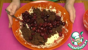 11. To the cream add the most part of biscuit crumbs and the strained cherries. Cream stir.