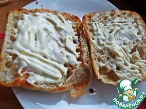 Намазать сливочным сыром обе внутренние стороны.