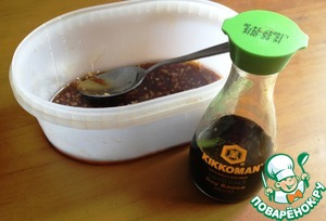 Смешать соевый соус, кунжутное масло, уксус, мёд и чеснок.