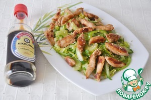 On top of the salad put the chicken, can be served both warm and chilled.  Sprinkle top with soy sauce (Kikkoman I have), sprinkle with roasted white sesame seeds.  Bon appetit!