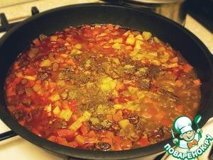 Добавить к мясу болгарский перец, баклажан, готовить пока овощи не дадут сок. Добавить зиру, соль, перец.