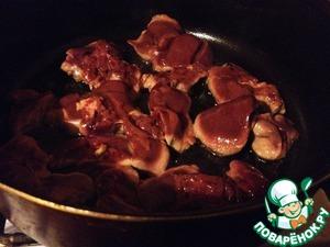 Куриную печень вымыть, обсушить.   В сотейнике разогреть оливковое масло и обжарить её до изменения цвета.