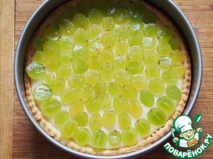 Decorate the top with grapes. Tarte ready to leave until cool, then put into the refrigerator for 20-30 minutes.