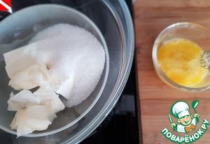 Несмотря на как всегда длинное описание и кучу фото, торт очень прост в исполнении, справится даже новичок. Процесс можно разбить на несколько дней.   Медовые коржи.    На водяной бане (миска не должна касаться кипящей воды) нагреть до растворения масла: сливочное масло, сахар и мед. Отдельно нужно приготовить яйцо - разболтать его вилочкой.